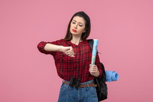 Giovane femmina di vista frontale in camicia rossa con mappa sul colore di moda donna sfondo rosa