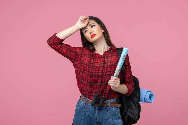 Giovane femmina di vista frontale in camicia rossa con la mappa sulla moda della donna di colore del pavimento rosa