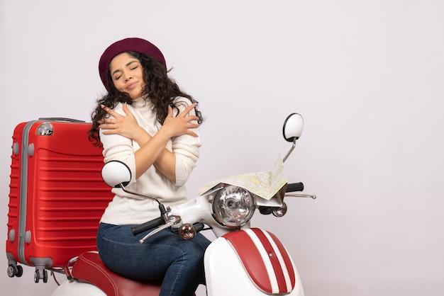 Vista frontale giovane donna seduta in bici su sfondo bianco motocicletta veicolo città colore donna