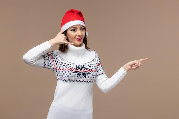 갈색 배경 감정 크리스마스 새 해에 빨간 모자에 웃 고 전면보기 젊은 여성