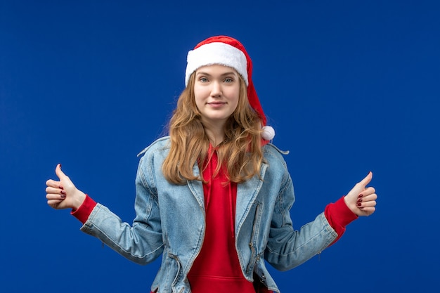 파란색 배경 크리스마스 감정 색상에 웃 고 전면보기 젊은 여성