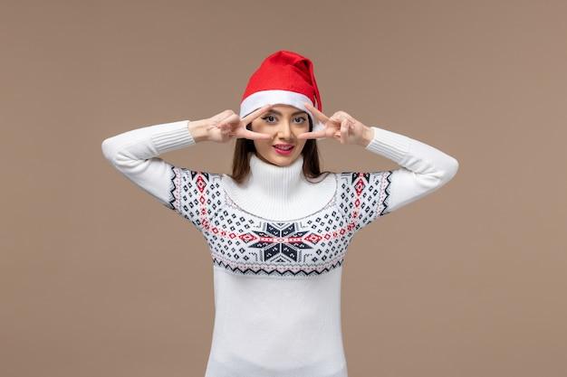 갈색 배경 감정 크리스마스 새 해에 웃 고 전면보기 젊은 여성