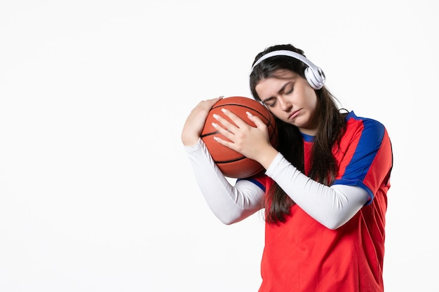 Giovane femmina di vista frontale in vestiti di sport con il basket