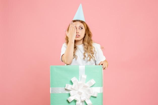 正面図プレゼントボックスの中に立っている若い女性
