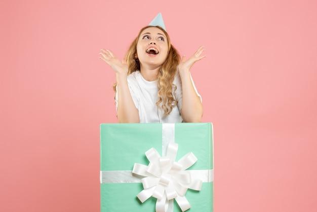 선물 상자 안에 전면보기 젊은 여성 서