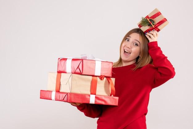 그녀의 손에 선물 전면보기 젊은 여성 서