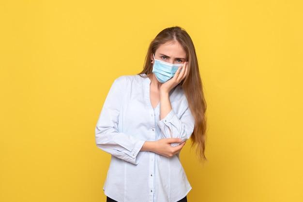 Vista frontale della giovane donna in maschera sterile