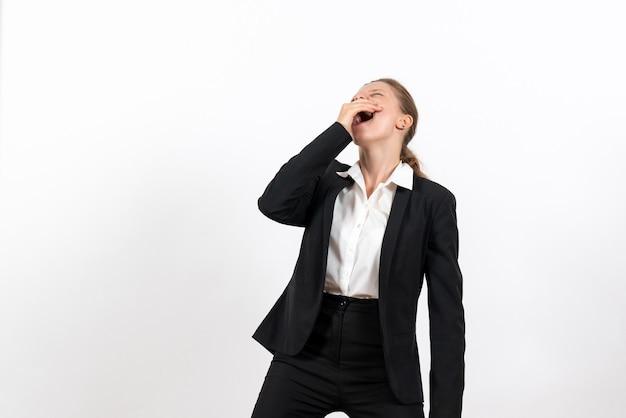 Vista frontale giovane femmina in rigoroso abito classico ridendo su sfondo bianco donna d'affari vestito lavoro lavoro femminile