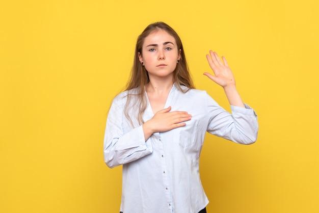 Vista frontale della giovane donna in posa del giuramento