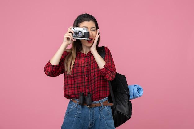 분홍색 배경 여자 사진 색상에 카메라와 함께 전면보기 젊은 여성 촬영 사진