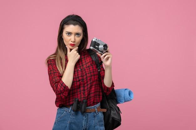 분홍색 배경 여자 사진 모델에 카메라와 함께 전면보기 젊은 여성 촬영 사진 무료 사진
