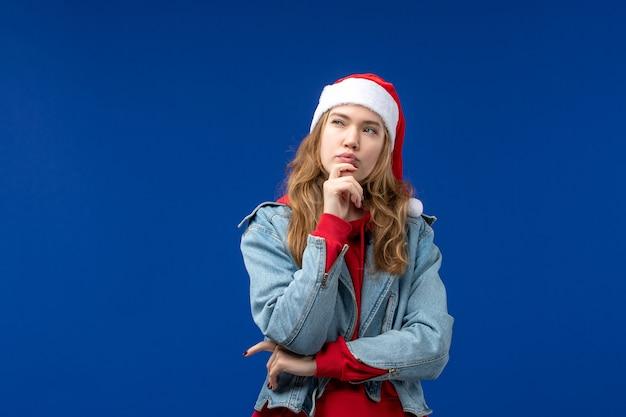 Vista frontale giovane femmina pensando su sfondo blu colore emozione vacanze di natale