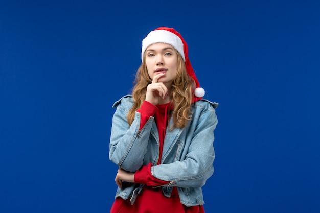 파란색 배경 색상 감정 크리스마스 휴일에 전면보기 젊은 여성 생각
