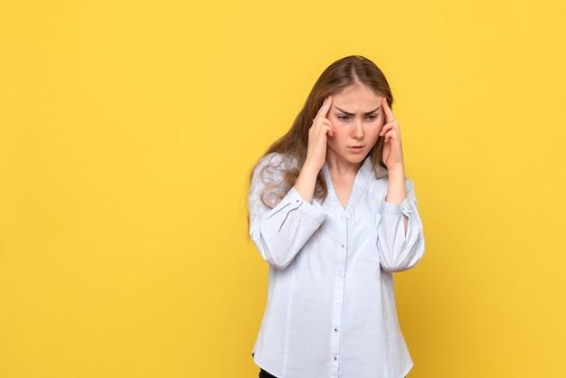 Vista frontale del pensiero femminile giovane