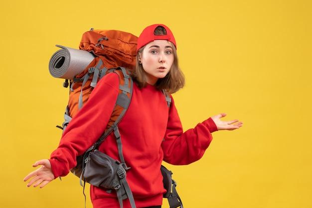 혼란스러운 배낭 전면보기 젊은 여성 여행자