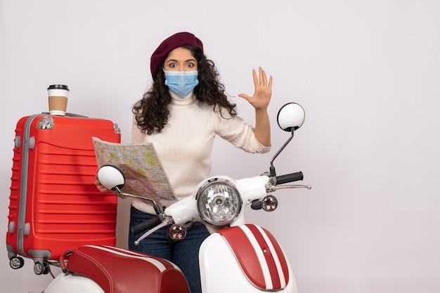 Вид спереди молодая женщина с велосипедом, держащая карту на белом фоне, цветная ковидно-пандемия, поездка на мотоцикле, городской вирус, скорость транспортного средства