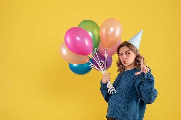 다채로운 풍선과 함께 전면보기 젊은 여성