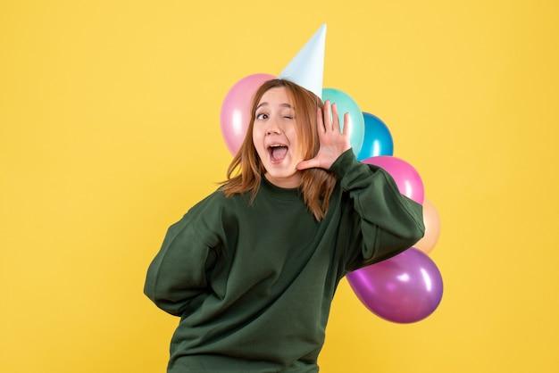 다채로운 풍선과 함께 전면보기 젊은 여성 무료 사진