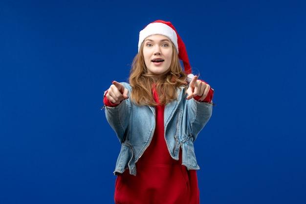 파란색 배경 휴일 크리스마스 감정에 흥분된 표정으로 전면보기 젊은 여성