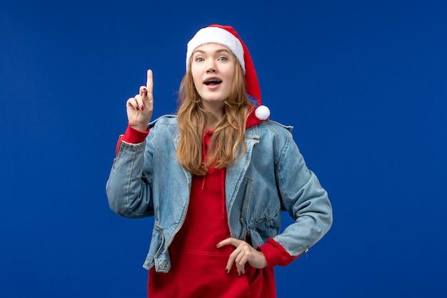 파란색 배경 새 해 휴일 크리스마스에 흥분된 표정으로 전면보기 젊은 여성