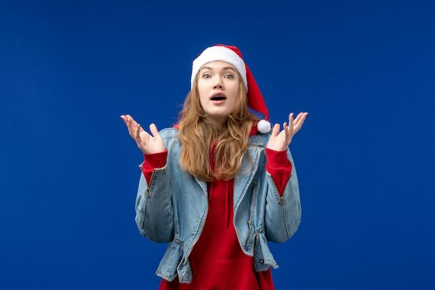 青い机の元旦のクリスマスに興奮した表情で若い女性の正面図