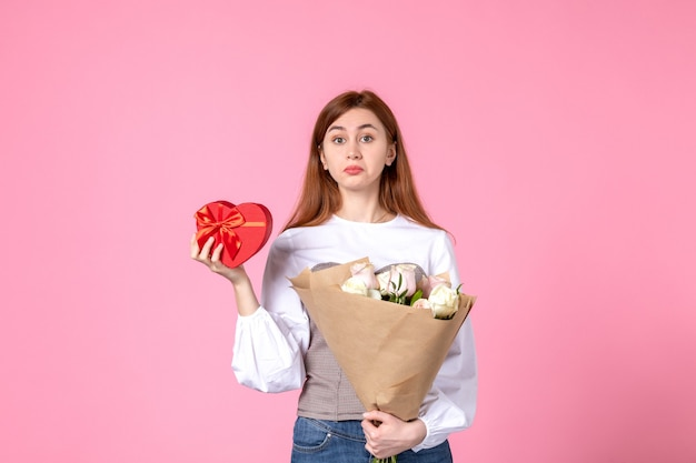 花と正面図ピンクの背景に女性の日の贈り物として提示水平行進平等官能的な女性の日付女性の愛