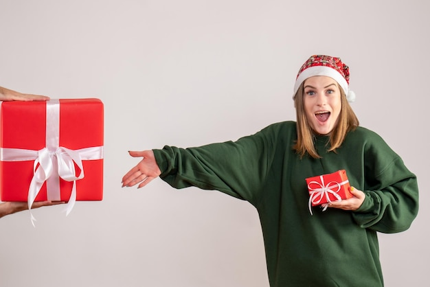 プレゼントがほとんどなく、男性からの贈り物を受け入れる正面図の若い女性