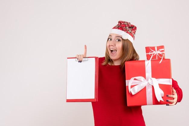 プレゼントやファイルノートが少ない正面図若い女性