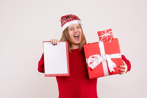 작은 선물 및 파일 참고 전면보기 젊은 여성
