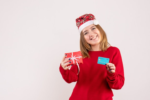 작은 크리스마스 선물 및 은행 카드 전면보기 젊은 여성