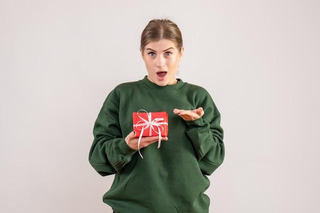 작은 크리스마스 선물 전면보기 젊은 여성