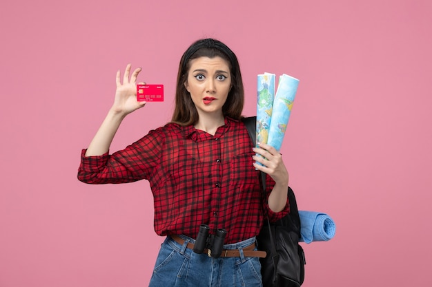 핑크 데스크 컬러 여자 인간에지도와 은행 카드 전면보기 젊은 여성