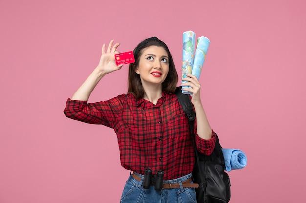 핑크 책상 여자 인간의 색상에지도와 은행 카드 전면보기 젊은 여성