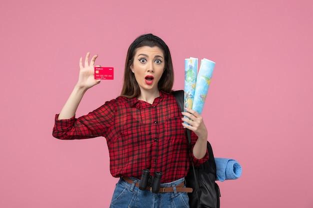 분홍색 배경 색상 여자 인간에지도와 은행 카드 전면보기 젊은 여성