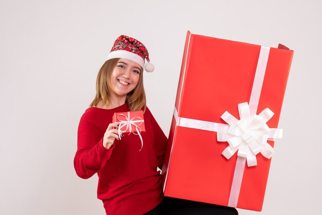 Giovane femmina di vista frontale con i regali