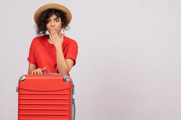 빨간색 가방 흰색 배경 휴가 태양 색상 항해 나머지 관광 항공편 비행기에 여행을 준비하는 전면보기 젊은 여성
