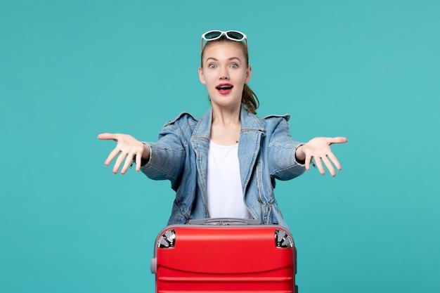 파란색 바닥 바다 여행 여자 여행 항해에 휴가를 준비하는 빨간 가방 전면보기 젊은 여성