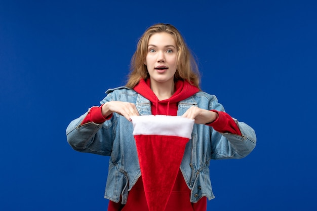 파란색 배경 휴일 크리스마스 새 해에 빨간 모자와 전면보기 젊은 여성