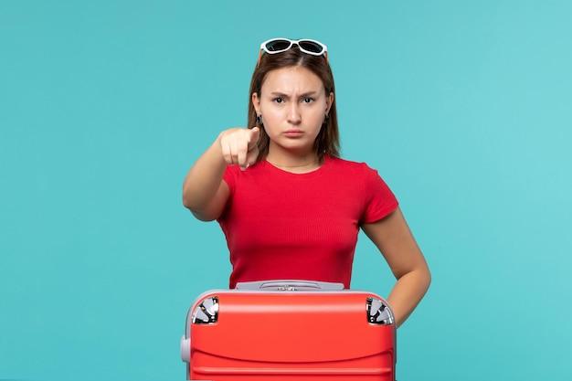빨간색 파란색 공간에 금지 기호를 보여주는 전면보기 젊은 여성