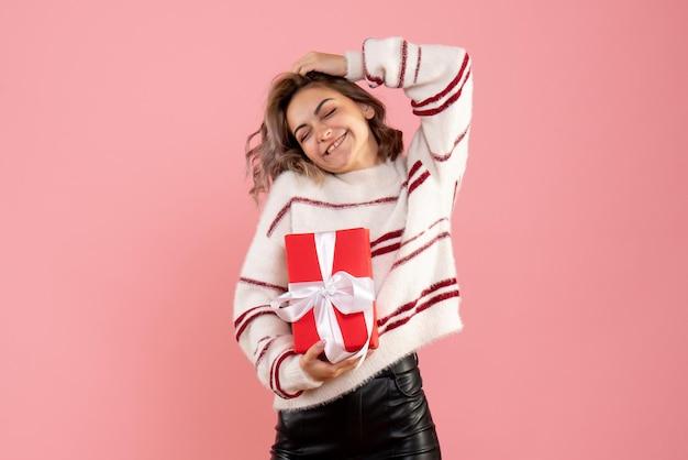 クリスマスが存在する正面図若い女性
