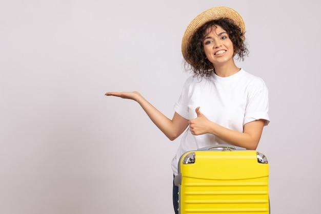 노란색 가방 흰색 배경 비행 나머지 항해 관광 휴가 색상 비행기 태양에 여행을 준비하는 전면보기 젊은 여성