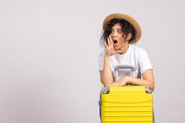 노란색 가방 흰색 배경 태양 색상 항해 휴가 비행기 나머지 관광 항공편에 여행을 준비하는 전면보기 젊은 여성