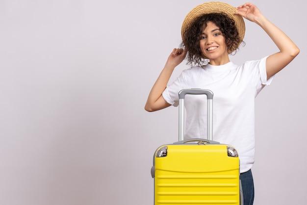 노란색 가방 흰색 배경에 여행을 준비하는 전면보기 젊은 여성 관광 휴가 항공편 비행기 항해 색상 나머지
