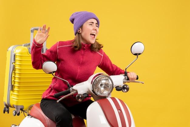 손을 흔들며 오토바이에 전면보기 어린 소녀
