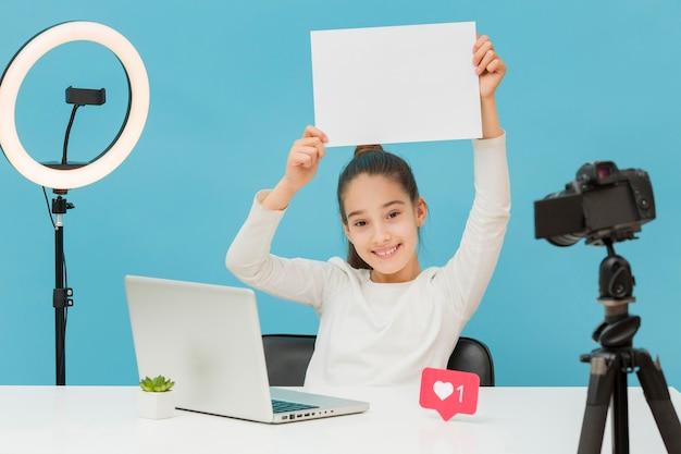 Вид спереди молодая девушка готова к записи видео