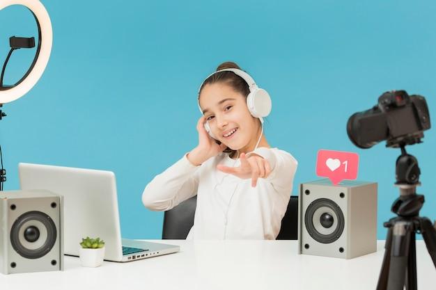 Вид спереди записи молодой девушки для личного блога