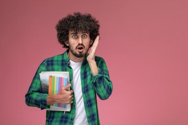 Молодой парень, вид спереди, удивлен новыми домашними заданиями