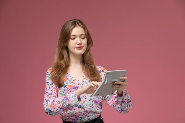 いくつかの操作を計算する正面図若い女性
