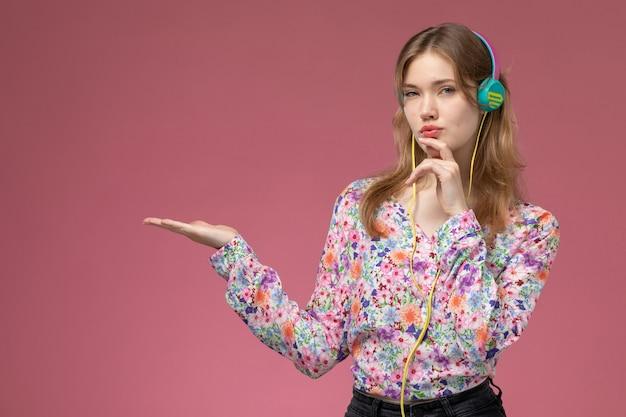 Вид спереди молодая дама, прикладывая указательный палец к подбородку и о чем-то думая