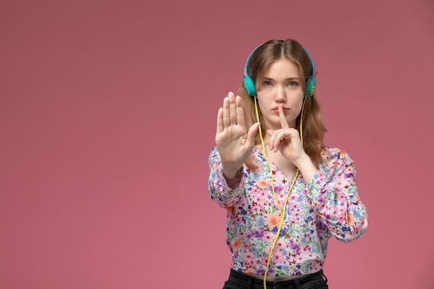 正面図の若い女性は停止と沈黙のジェスチャーを示しています